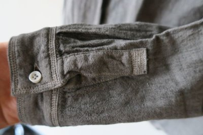 画像2: MITTAN  カディシャツ(ベンガラ染)松煙 サイズ1